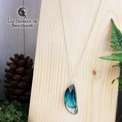 Sautoir enchanté de couleur turquoise en résine, monture en argent 925. Fabrication artisanale.