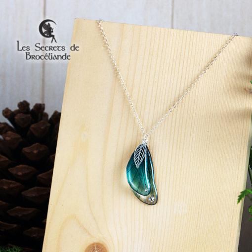 Ras de cou enchanté de couleur turquoise en résine, monture en argent 925. Fabrication artisanale.