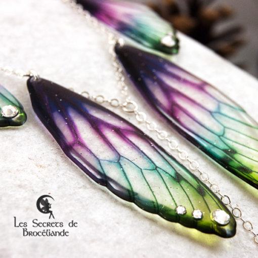 Collier plastron Brocéliande de couleur plumes de paon en résine, monture en argent 925. Fabrication artisanale.