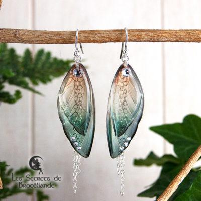 Boucles ailes de fée de couleur vert et or en résine, monture en argent 925. Fabrication artisanale.
