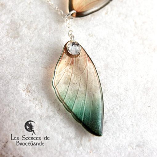 Collier ailes de fée de couleur vert et or en résine, monture en argent 925. Fabrication artisanale.