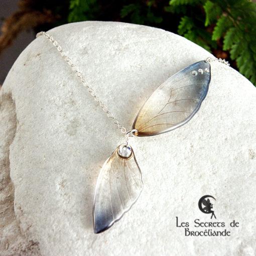 Collier ailes de fée de couleur bleu et ocre en résine, monture en argent 925. Fabrication artisanale.
