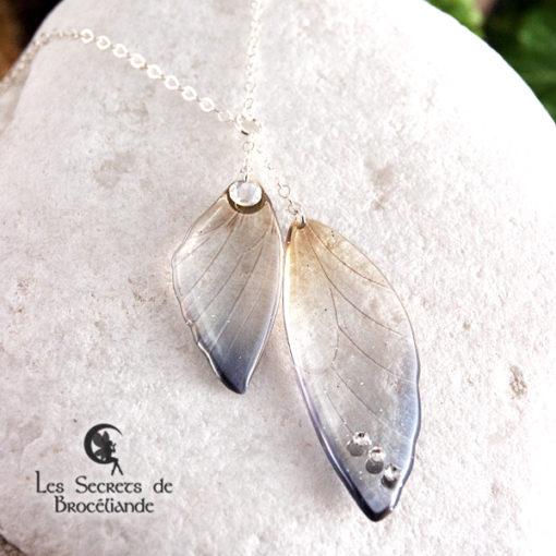 Ras de cou ailes de fée de couleur bleu et ocre en résine, monture en argent 925. Fabrication artisanale.