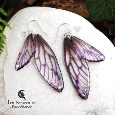 Boucles Brocéliande de couleur violette en résine, monture en argent 925. Fabrication artisanale.