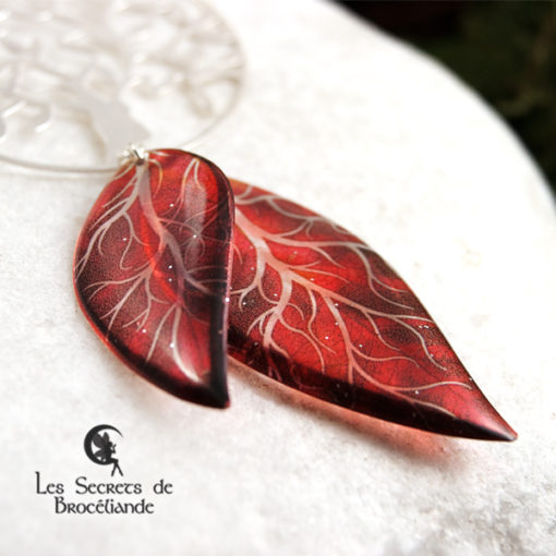 Collier sautoir Arbre de vie de couleur rouge en résine, monture en argent 925. Fabrication artisanale.