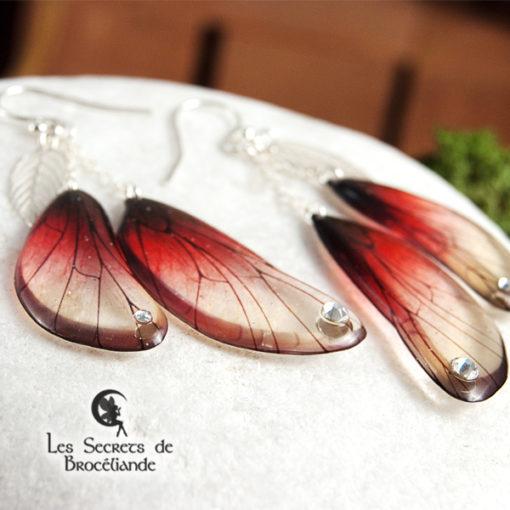 Boucles enchantées de couleur rouge en résine, monture en argent 925. Fabrication artisanale.