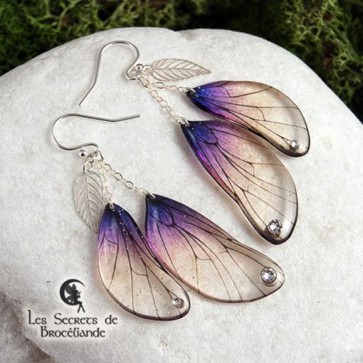 Boucles enchantées de couleur violine en résine, monture en argent 925. Fabrication artisanale.