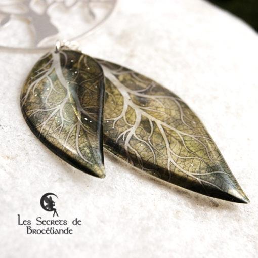 Collier sautoir Arbre de vie de couleur verte en résine, monture en argent 925. Fabrication artisanale.