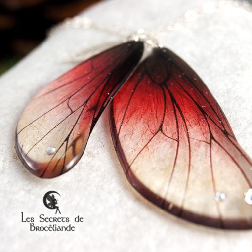Sautoir enchanté de couleur rouge en résine, monture en argent 925. Fabrication artisanale.