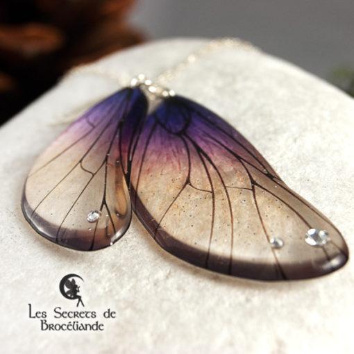 Sautoir enchanté de couleur violine en résine, monture en argent 925. Fabrication artisanale.