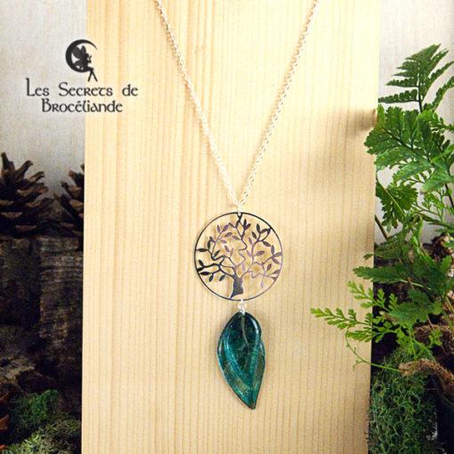 Collier sautoir Arbre de vie de couleur turquoise en résine, monture en argent 925. Fabrication artisanale.