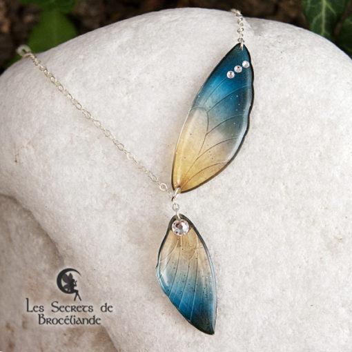 Collier ailes de fée de couleur bleu et or en résine, monture en argent 925. Fabrication artisanale.