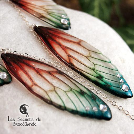 Collier plastron Brocéliande de couleur plumes de perroquet en résine, monture en argent 925. Fabrication artisanale.