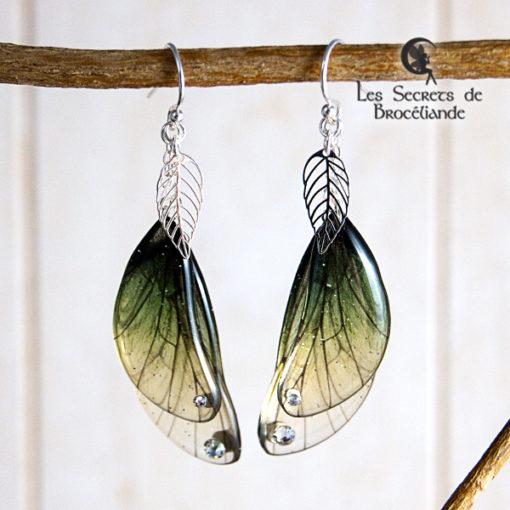 Boucles enchantées de couleur verte en résine, monture en argent 925. Fabrication artisanale.