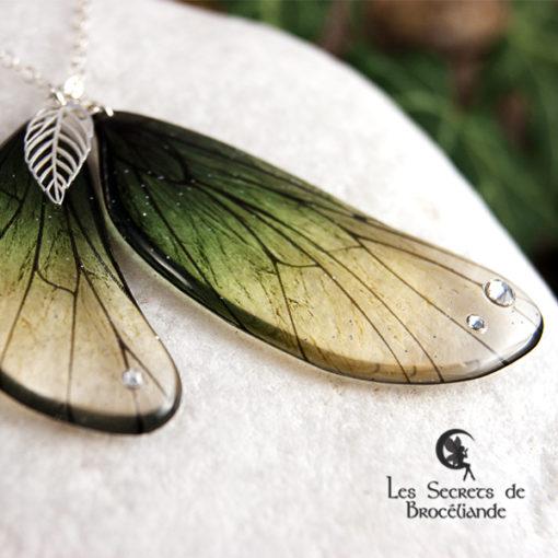 Sautoir enchanté de couleur verte en résine, monture en argent 925. Fabrication artisanale.