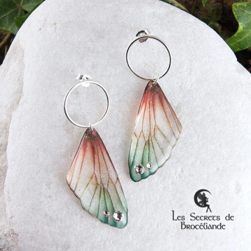 Boucles Brocéliande cercle de couleur plumes de perroquet en résine, monture en argent 925. Fabrication artisanale.