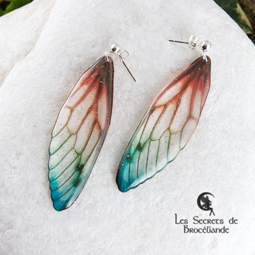 Boucles Brocéliande clous de couleur perroquet en résine, monture en argent 925. Fabrication artisanale.