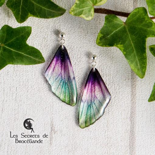 Boucles Brocéliande clous enfant de couleur plumes de paon en résine, monture en argent 925. Fabrication artisanale.