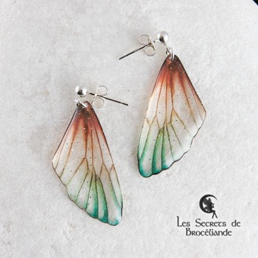 Boucles Brocéliande clous de couleur plumes de paon en résine, monture en argent 925. Fabrication artisanale.