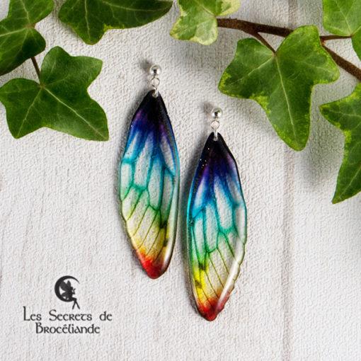 Boucles Brocéliande clous de couleur arc-en-ciel en résine, monture en argent 925. Fabrication artisanale.