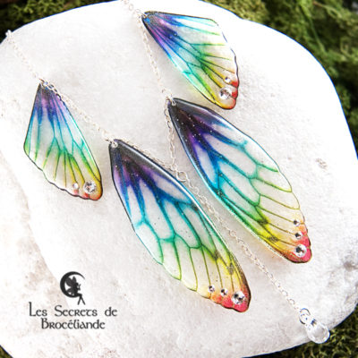 Collier plastron Brocéliande de couleur arc-en-ciel en résine, monture en argent 925. Fabrication artisanale.