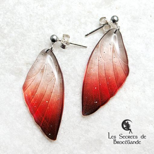 Boucles ailes de fée clous de couleur rouge en résine, monture en argent 925. Fabrication artisanale.