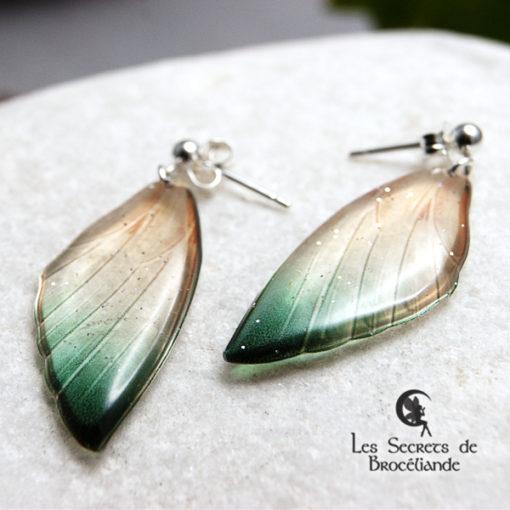 Boucles ailes de fée clous de couleur vert et or en résine, monture en argent 925. Fabrication artisanale.
