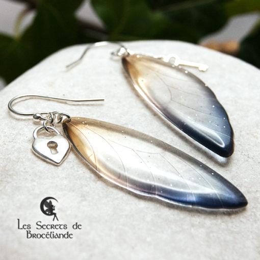 Boucles ailes de fée breloques de couleur bleu et ocre en résine, monture en argent 925. Fabrication artisanale.
