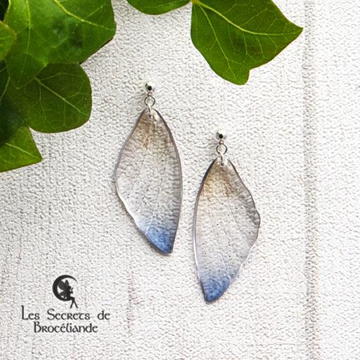 Boucles ailes de fée clous de couleur bleu et ocre en résine, monture en argent 925. Fabrication artisanale.