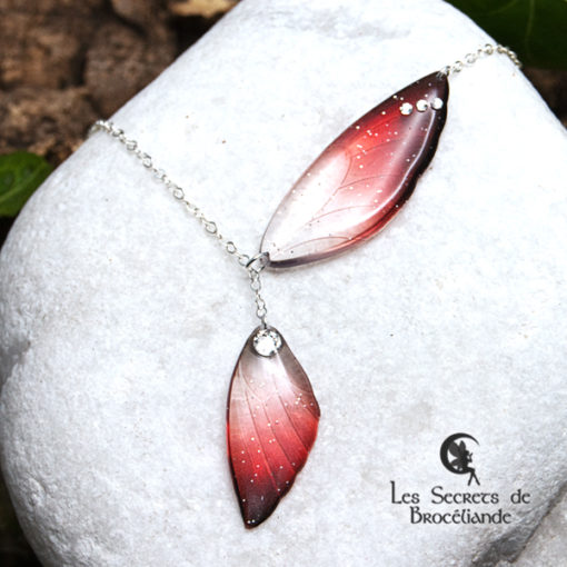 Collier ailes de fée de couleur rouge en résine, monture en argent 925. Fabrication artisanale.