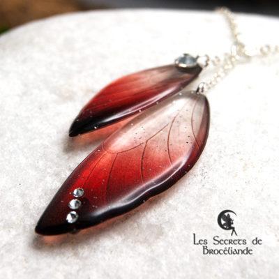 Ras de cou ailes de fée de couleur rouge en résine, monture en argent 925. Fabrication artisanale.