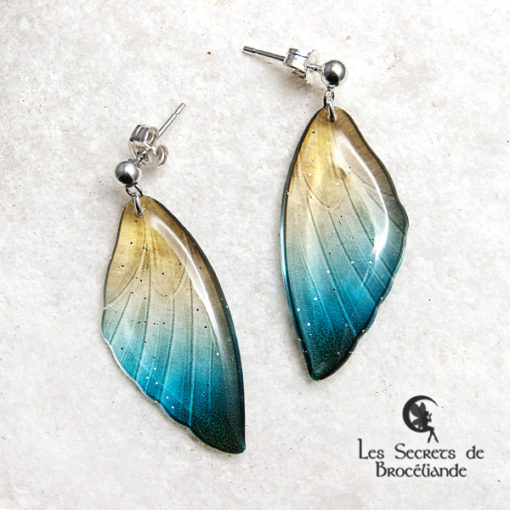 Boucles ailes de fée clous de couleur bleu et or en résine, monture en argent 925. Fabrication artisanale.