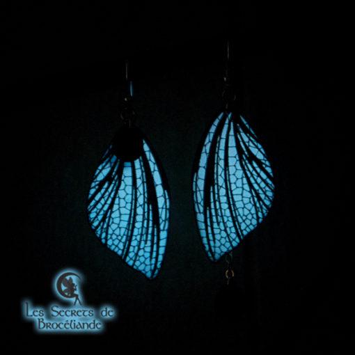 Boucles féeriques phosphorescentes blanches en résine, monture en argent 925. Fabrication artisanale.